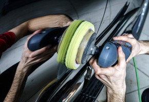 Car surface buffing © bonzodog / Fotolia